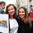 Valerie Trierweiler et Melissa Theuriau lors de la vente aux enchères des oeuvres de Florence Cassez à Paris le 16 juin 2012