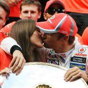 Jenson Button : Baiser fougueux de sa belle Jessica Michibata après sa victoire