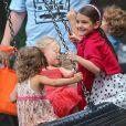 Suri Cruise heureuse entourée d'enfants de son âge dans un parc de New York, le 3 septembre 2012.