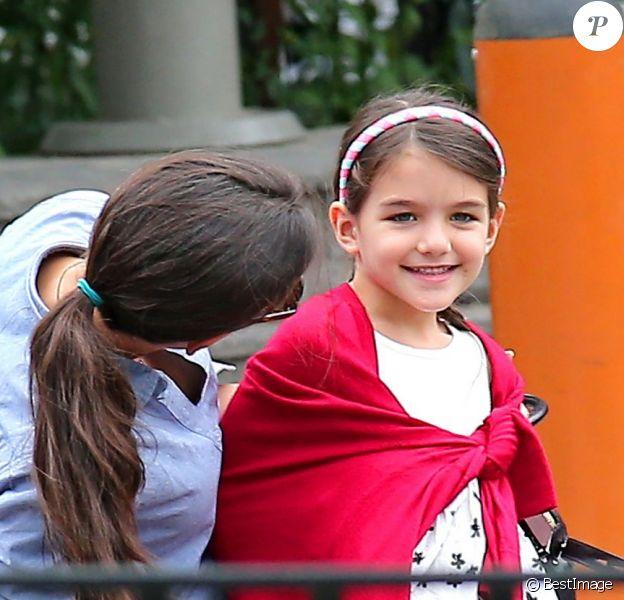 Katie Holmes et sa petite Suri Cruise souriante dans un parc de New York, le 3 septembre 2012.
