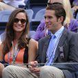 Pippa Middleton tout sourire aux côtés de Spencer Vegosen, fils du président de l'USTA, assiste au quart de finale opposant Victoria Azarenka à Samantha Stosur dans les tribunes du stade Arthur Ashe. New York, le 4 septembre 2012.