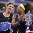 Serena Williams et Victoria Azarenka après la victoire de la première en finale de l'US Open le 9 septembre 2012