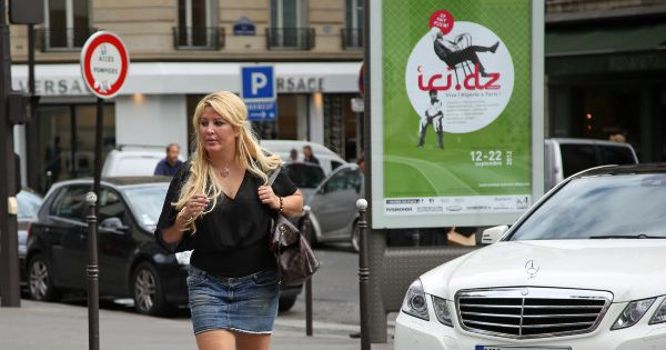 Loana Une Cigarette La Main Se Balade Dans Les Rues De