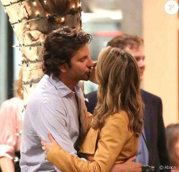 Bradley Cooper embrasse sa partenaire Gillian Vigman sur le tournage de Very Bad Trip 3 à Los Angeles le 12 septembre 2012