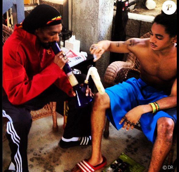 Snoop Dogg en train de fumer un bong avec son fils Corde Calvin Broadus - septembre 2012.