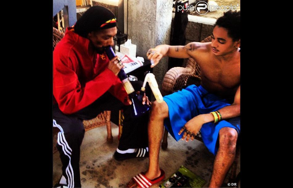 Snoop Dogg en train de fumer un bong avec son fils Corde ... Corde Calvin Broadus
