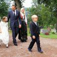 L'arrivée du prince Haakon et de la princesse Mette-Marit avec leurs deux enfants.   Marius Borg Hoiby, fils aîné de la princesse Mette-Marit né d'une précédente relation, effectuait le 2 septembre sa confirmation à l'église d'Asker, à Oslo, en présence de sa mère, du prince Haakon, de la princesse Ingrid, du prince Sverre, du roi Harald V, de la reine Sonja et de Marit Tjessem, sa grand-mère maternelle.