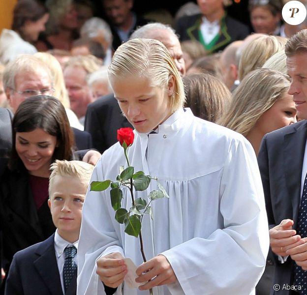 Marius Borg avec sa rose rouge après la cérémonie de confirmation.  Marius Borg Hoiby, fils aîné de la princesse Mette-Marit né d'une précédente relation, effectuait le 2 septembre sa confirmation à l'église d'Asker, à Oslo, en présence de sa mère, du prince Haakon, de la princesse Ingrid, du prince Sverre, du roi Harald V, de la reine Sonja et de Marit Tjessem, sa grand-mère maternelle.