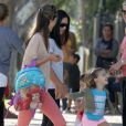 Alessandra Ambrosio et sa fille Anja s'accordent un moment de détente entre filles dans un parc de Los Angeles après l'école. Le 19 septembre 2012