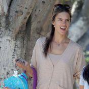 Alessandra Ambrosio : Moment de détente en famille pour le top sexy