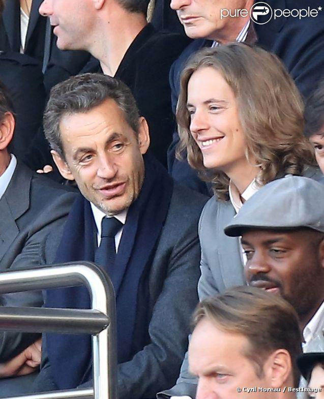 Nicolas Sarkozy et son fils Pierre, attentifs dans les gradins du Parc des Princes, assistent à la victoire du Paris Saint-Germain face à Sochaux. Paris, le 29 septembre 2012.