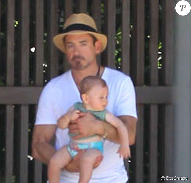 Robert Downey Jr. et son fils Exton se relaxent au bord d'une piscine, à Miami, le 30 septembre 2012.