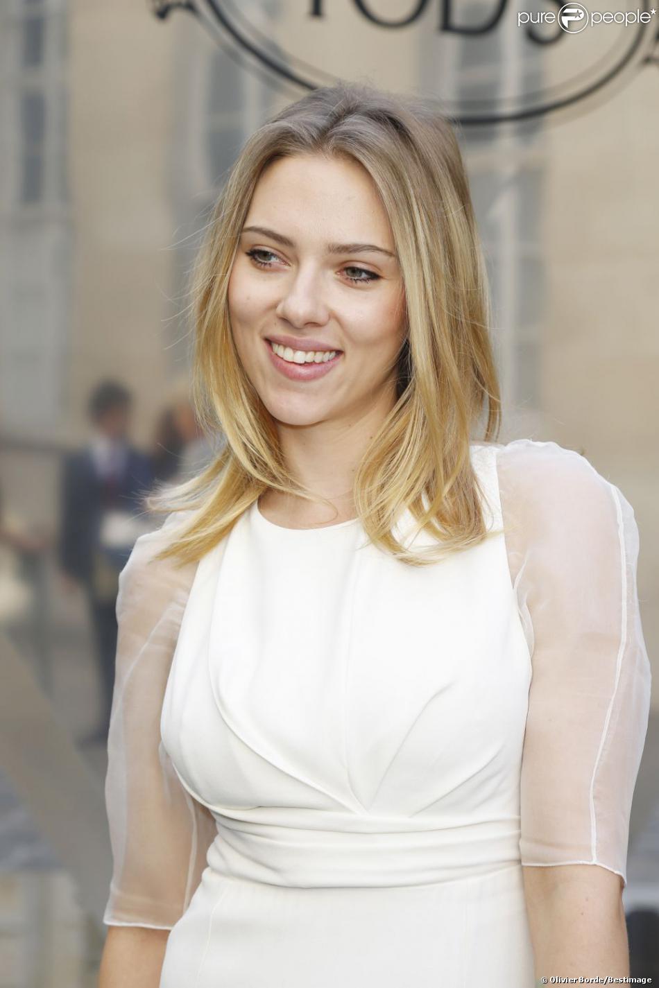 Scarlett Johansson, superbe en total look blanc lors du cocktail Tod's à Paris le 1er octobre 2012 à l'ambassade d'Italie