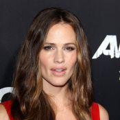 Jennifer Garner : Femme fatale en rouge sous les yeux amoureux de Ben Affleck