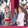 Le roi Juan Carlos solennel, entouré de Sofia, Letizia et Felipe. La famille royale d'Espagne était rassemblée en tenue officielle le 1er octobre 2012 pour la remise de la Croix du mérite collectif San Fernando au régiment de cavalerie Alcantara.