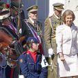 Le roi Juan Carlos d'Espagne, entouré du prince Felipe, de la reine Sofia, de la princesse Letizia, de l'infante Cristina et des infantes Pilar et Margarita, présidait le 1er octobre 2012 à Madrid la remise de la Croix du mérite collectif au régiment de cavalerie Alcantara.