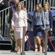 La reine Sofia, suivie des princesses Letizia et Elena, fait son arrivée. Le roi Juan Carlos d'Espagne, entouré du prince Felipe, de la reine Sofia, de la princesse Letizia, de l'infante Cristina et des infantes Pilar et Margarita, présidait le 1er octobre 2012 à Madrid la remise de la Croix du mérite collectif au régiment de cavalerie Alcantara.