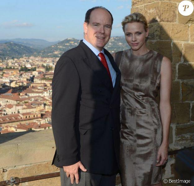 Le prince Albert de Monaco et la princesse Charlene posent au Palazzo Vecchio, Florence s'étalant à leurs pieds, lors de leur visite en Toscane le 10 octobre 2012, reçus par le maire Matteo Rizzi et son épouse Agnese à l'Hôtel de Ville (Palazzo Vecchio), avant le Bal du Lys au Palazzo Pitti.