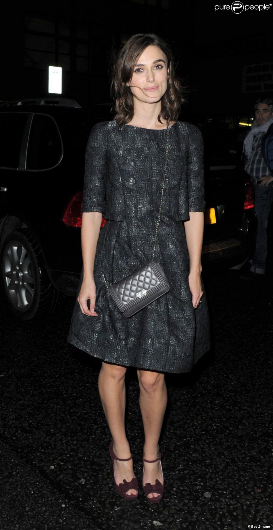 Keira Knightley assiste au vernissage de l'expo photo Chanel : The Little Black Jacket à la Saatchi Gallery. Londres, le 11 octobre 2012.