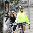 Goldie Hawn et sa fille Kate Huson font du vélo à Venice Beach. Los Angeles le 18 septembre 2010.