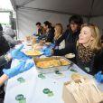 Audrey Pulvar participe au service du curry géant cuisiné avec des légumes destinés à être jetés, pour dénoncer le gaspillage alimentaire, à Paris, le samedi 13 octobre 2012.