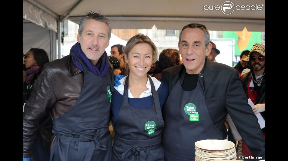 Antoine de Caunes, Anne-Sophie Lapix et Thierry Ardisson participent au service du curry géant cuisiné avec des légumes destinés à être jetés, pour dénoncer le gaspillage alimentaire, à Paris, le samedi 13 octobre 2012.