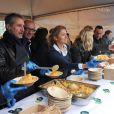 Antoine de Caunes et Anne-Sophie Lapix participent au service du curry géant cuisiné avec des légumes destinés à être jetés, pour dénoncer le gaspillage alimentaire, à Paris, le samedi 13 octobre 2012.