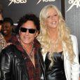 Neal Schon avec sa compagne Michaele Salahi avec Journey en juin 2012 lors de la première de  Rock of Ages  ( Rock Forever ) à Beverly Hills. Neal Schon a fait sa demande en mariage sur scène en octobre 2012.