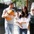 Roselyn Sanchez et son mari Eric Winter avec leur fille Sebella Rose à la ferme de Mr. Bones Pumpkin Patch à Los Angeles le 14 octobre 2012.