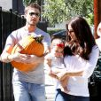 Roselyn Sanchez et son mari Eric Winter avec leur jolie fille Sebella Rose à la ferme de Mr. Bones Pumpkin Patch à Los Angeles le 14 octobre 2012.