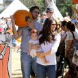 Roselyn Sanchez, son mari Eric Winter avec leur fille Sebella Rose à la ferme de Mr. Bones Pumpkin Patch à Los Angeles le 14 octobre 2012.