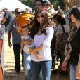 Roselyn Sanchez et son époux Eric Winter avec leur fille Sebella Rose à la ferme de Mr. Bones Pumpkin Patch à Los Angeles, le 14 octobre 2012.