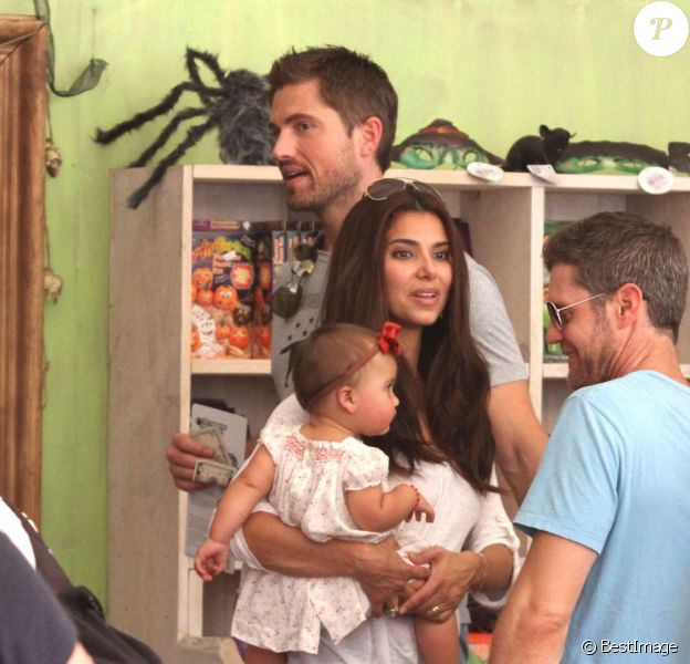 La belle Roselyn Sanchez et son époux Eric Winter avec leur fille Sebella Rose à la ferme de Mr. Bones Pumpkin Patch à Los Angeles, le 14 octobre 2012.