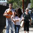 Roselyn Sanchez et son époux Eric Winter avec leur fille Sebella Rose sortent de la ferme de Mr. Bones Pumpkin Patch à Los Angeles, le 14 octobre 2012.