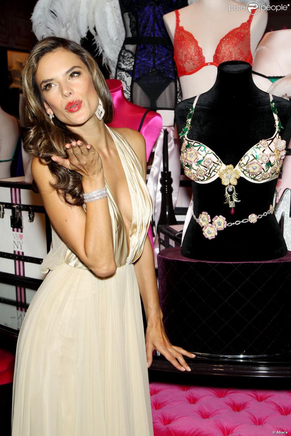 Alessandra Ambrosio a présenté le Fantasy Bra à New York le 18 octobre 2012