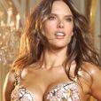 """""""Alessandra Ambrosio pose pour le catalogue Victoria's Secret avec le soutien-gorge Floral Fantasy, couvert de pierres précieuses et estimée à 2,5 millions de dollars."""""""