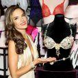 """""""Alessandra Ambrosio révèle le soutien-gorge Floral Fantasy et sa ceinture à New York, le 18 octobre 2012."""""""