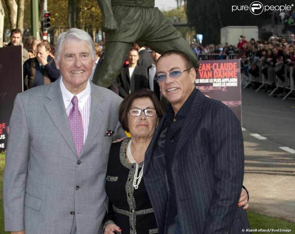 Jean Claude Van Damme Avec Son Chihuahua: Jean-Claude Van Damme Avec Ses Parents Lors De L