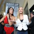 Les mannequins Joanna Krupa et Katie Cleary protestent devant le magasin des Kardashian à Calabasas, le 2 avril 2012.