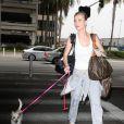 Joanna Krupa et son petit chien à l'aéroport de Los Angeles le 21 juin 2012.