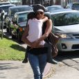 Halle Berry avec sa fille Nahla dans ses bras à Los Angeles le 19 octobre 2012.