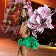 Alessandra Ambrosio fière de son corps lors du Victoria's Secret Fashion Show à New York City le 7 novembre 2012