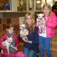 "Denise Richards et ses filles Sami et Lola, tout sourire, en pleine visite de la ""North Shore Animal League America"" à Port Washington le 9 novembre 2012."