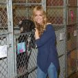 "Denise Richards prenant la pose avec un chien en pleine visite de la ""North Shore Animal League America"" à Port Washington le 9 novembre 2012."