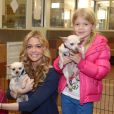"Denise Richards et ses filles Sami et Lola en pleine visite de la ""North Shore Animal League America"" à Port Washington le 9 novembre 2012."