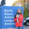 "Denise Richards en pleine visite de la ""North Shore Animal League America"" à Port Washington le 9 novembre 2012."