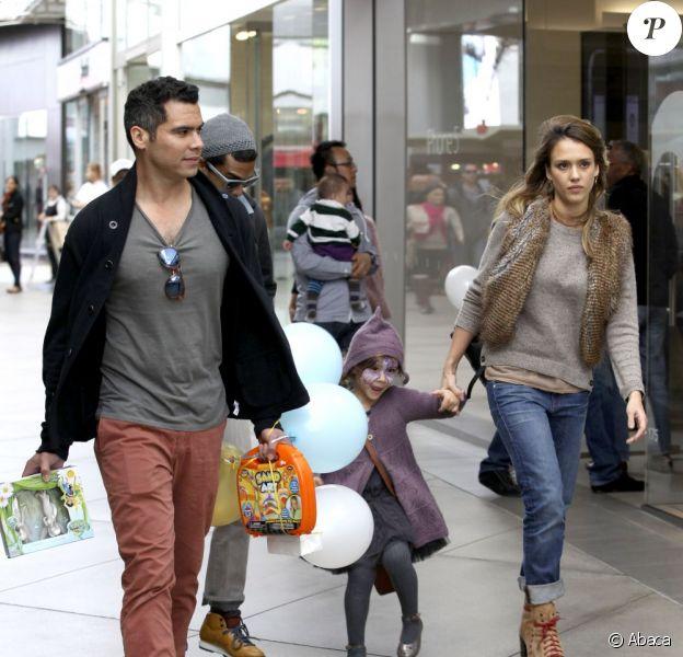 Honor, la fille de Jessica Alba et Cash Warren est visiblement très heureuse. Beverly Hills le 10 novembre 2012.