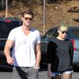 Liam Hemsworth et Miley Cyrus marchent ensemble dans les rues de Los Angeles le 11 novembre 2012.