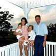 JFK et Jackie avec leurs enfants John-John et Caroline en août 1962.