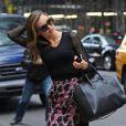 Miranda Kerr à New York, porte des lunettes Linda Farrow, un top 3.1 Phillip Lim, une jupe Balenciaga, un sac Givenchy et des souliers Lanvin. Le 19 novembre 2012.